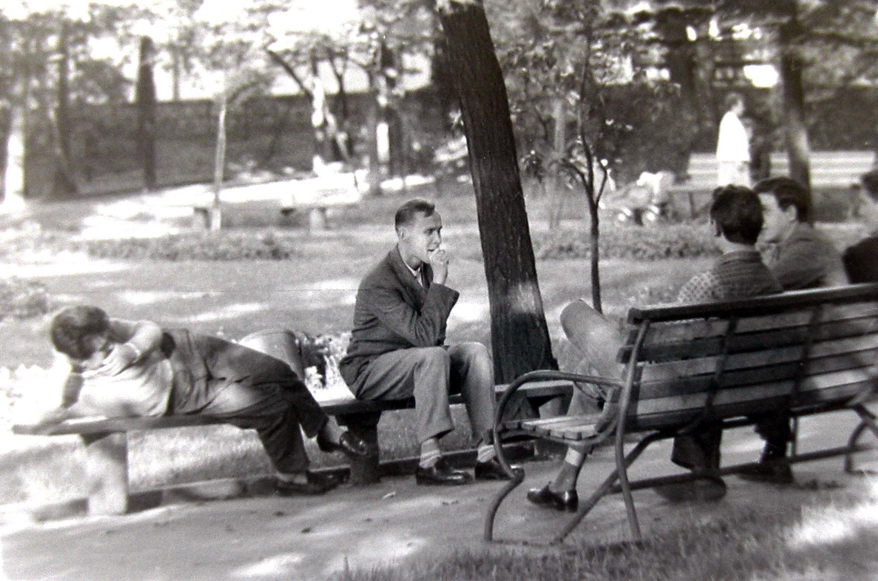 Mieszkańcy odpoczywający w zaciszu parku miejskiego.Zdjęcie autorstwa Jana Nosowicza wykonane w latach 60-tych XX wieku.