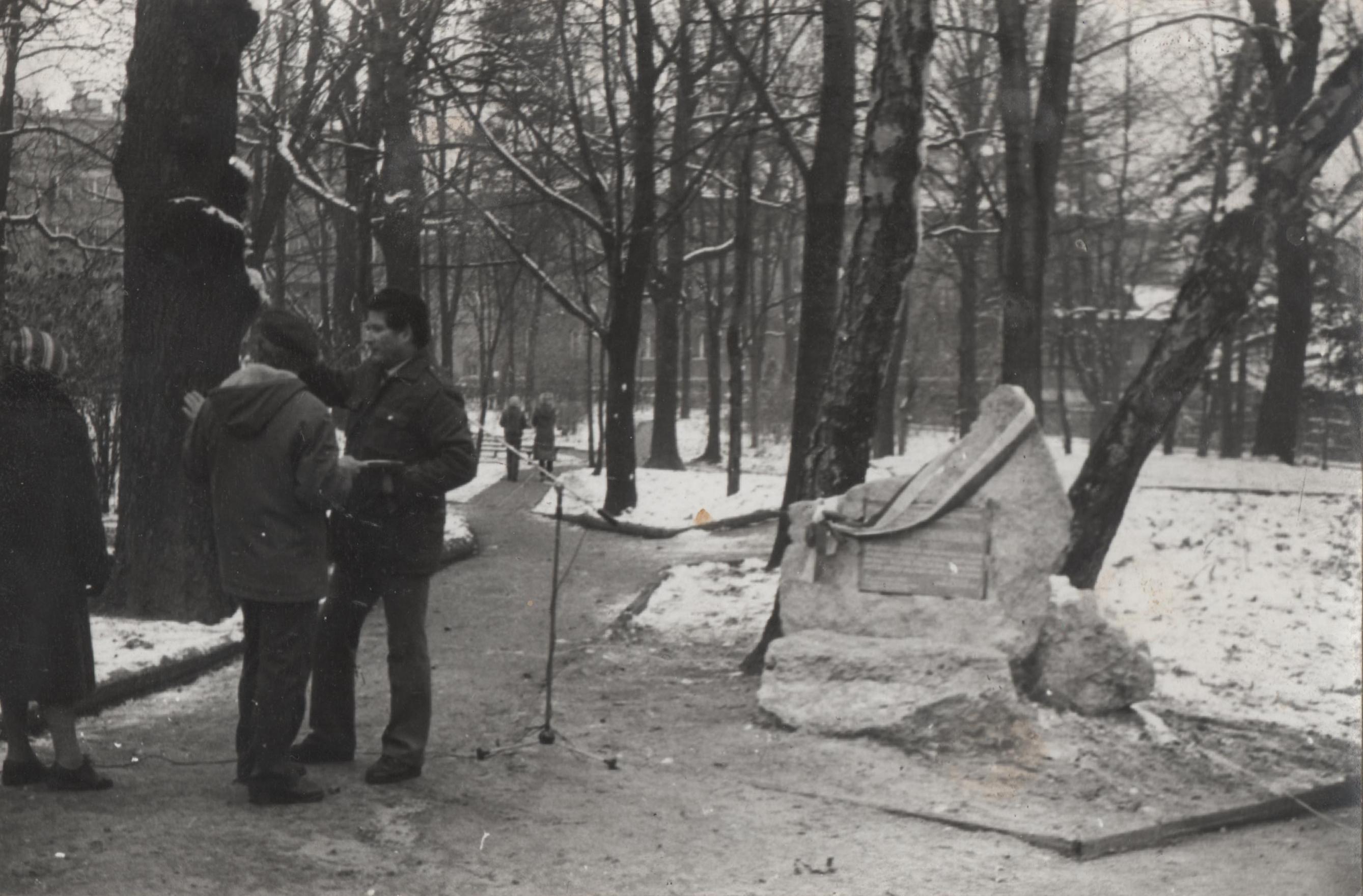 Odsłonięcie tablicy upamiętniającej gen. Stefana Buchowieckiego w dniu 11 listopada 1981 w parku miejskim w Olkuszu. Fotografia ze zbiorów rodziny Ostrowskich.