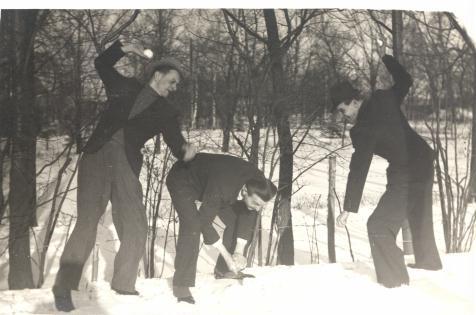 Park miejski. II połowa lat 40-tych. Władysław i Flawiusz Maliszewscy z kolegą. Fotograf nieznany. Zdjęcie ze zbiorów Ryszarda Maliszewskiego.