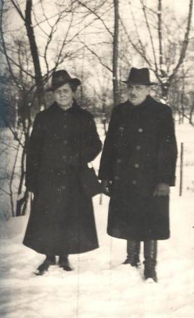 Park miejski w Olkuszu. II połowa lat 40-tych. Florentyna i Józef Maliszewscy. Fotograf nieznany. Zdjęcie ze zbiorów Ryszarda Maliszewskiego.