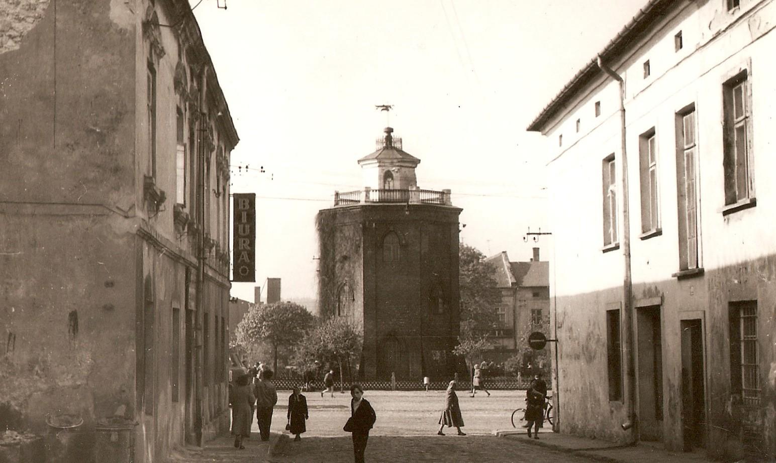 Wieża ciśnień - widok od strony ulicy Floriańskiej. Fotografia z albumu rodziny Pawełczyków przekazana Piotrowi Nogieciowi.