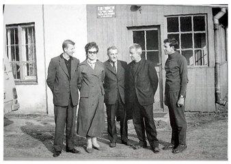 Przed wejściem do klubu fabrycznego. W środku stoi kierownik klubu - Jerzy Kubiczek. Zdjęcie wykonane przez Jana Nosowicza w latach 60-tych.