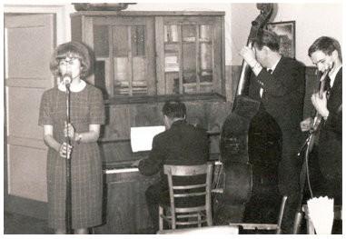 Występ zespołu muzycznego w dużej sali klubu fabrycznego. Zdjęcie wykonane przez Jana Nosowicza w latach 60-tych.