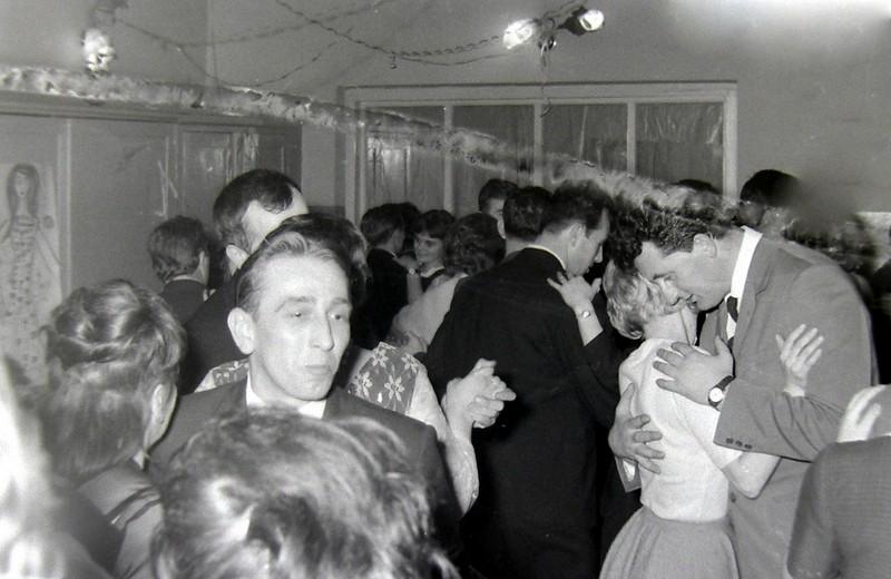 Zabawa taneczna w świetlicy klubu fabrycznego. Zdjęcie wykonane przez Jana Nosowicza w latach 60-tych.