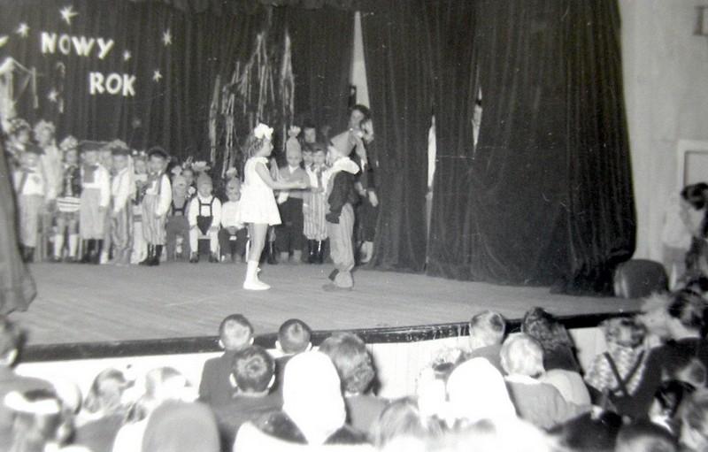 Występ dzieci z przedszkola fabrycznego na scenie kina