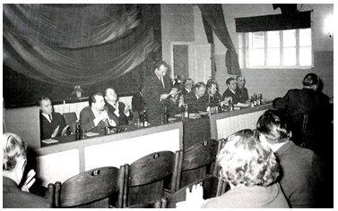 Zebranie w sali kinowej z nieznanej okazji. Zdjęcie wykonane przez Jana Nosowicza w latach 60-tych.