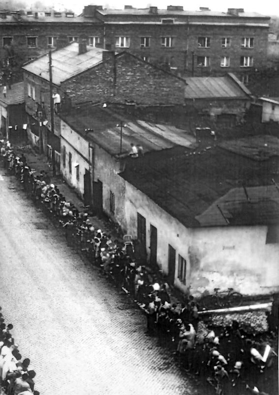 Kibice zebrani przy trasie wyścigu, ulica Augustiańska, lata 60-te. Fot. Ze zbiorów Piotra Nogiecia.