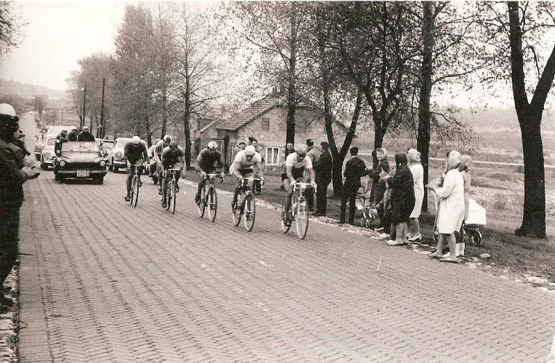 Wyścig Pokoju IX etap Berlin-Praga-Warszawa. 20 V 1965, ulica Sławkowska w Olkuszu. Fot. Jan Nosowicz.