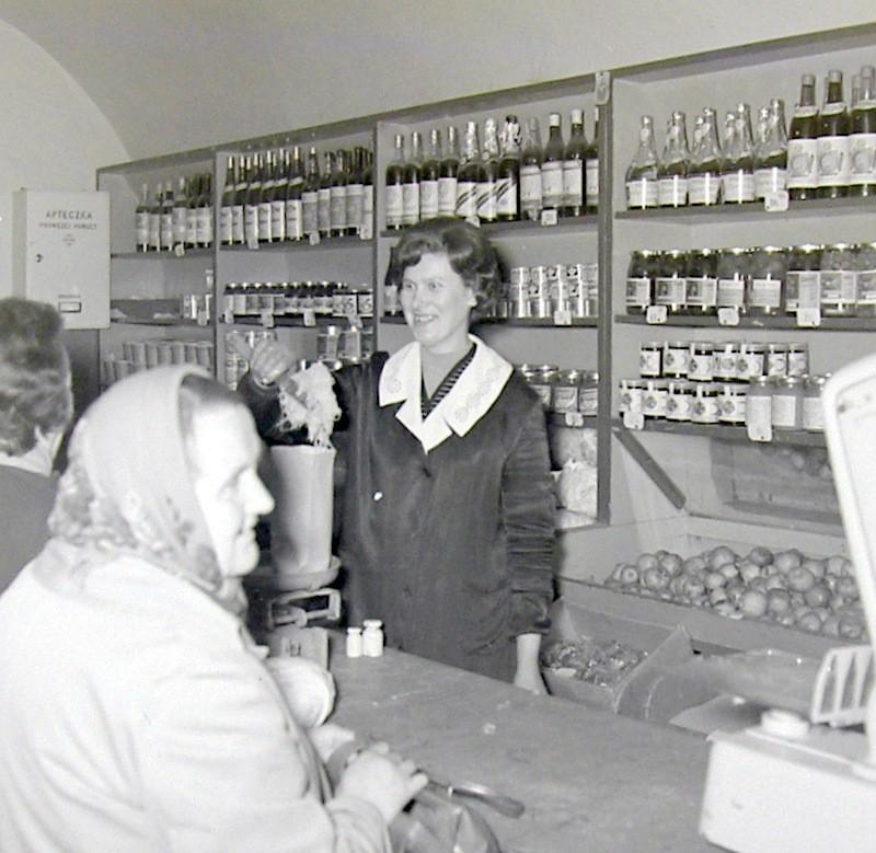Sklep warzywny pod kasztanami w południowej pierzei rynku.  Fot. Jan Nosowicz.