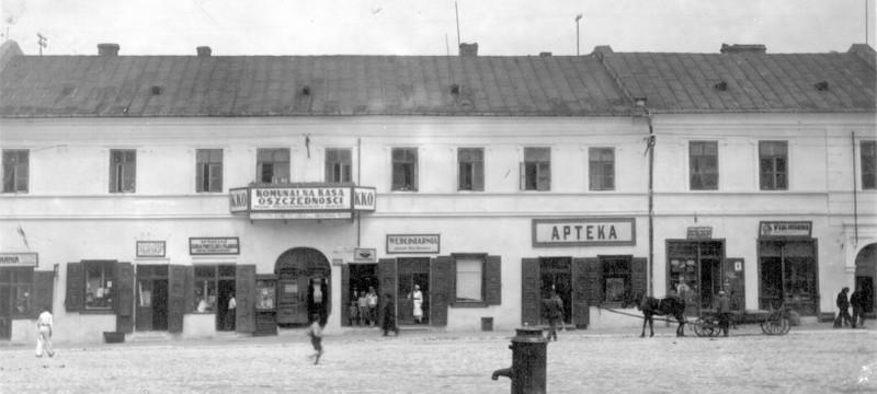 Pierzeja północna olkuskiego rynku, okres międzywojenny. Fot.  ze zbiorów Piotra Nogiecia.