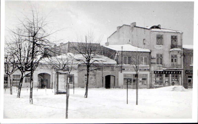 Księgarnia w pierzei południowej, Bar Mleczny, w sąsiedztwie  był sklep sportowy, połowa lat 60-tych. Fot. Jan Nosowicz.