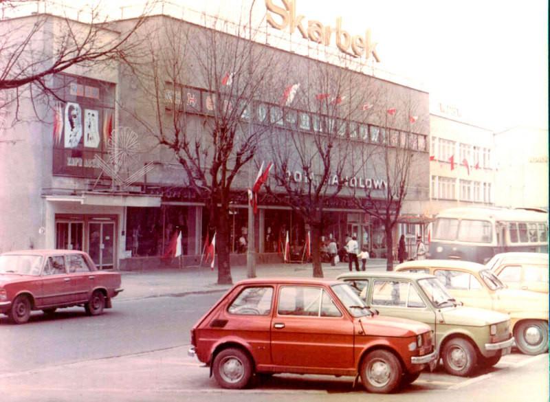 Dom Towarowy Skarbek, koniec lat 70-tych. Na pierwszym planie parking przed OPB (Olkuskie Przedsiębiorstwo Budowlane). Fot. Jan Nosowicz.
