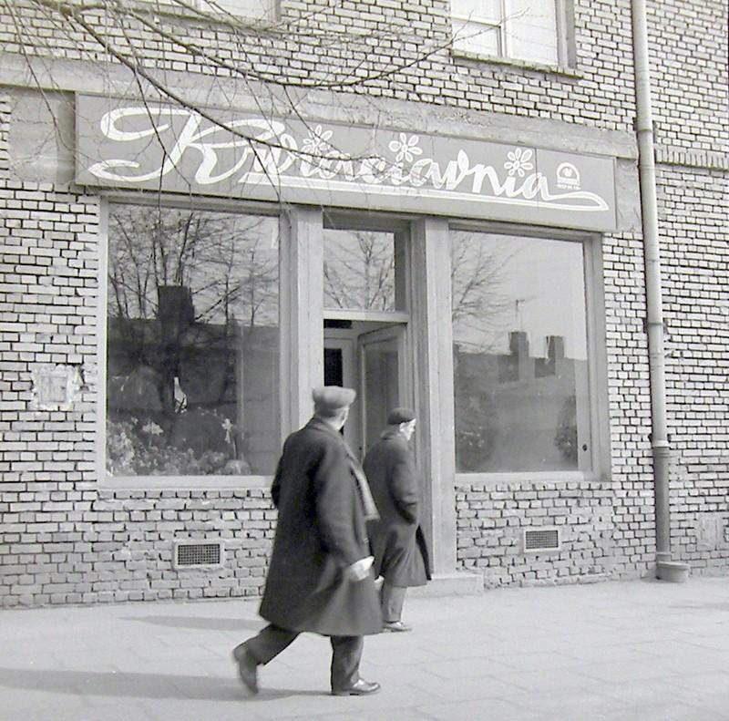 Kwiaciarnia w bloku przy ulicy T. Kościuszki, lata 60-te. Fot. Jan Nosowicz.