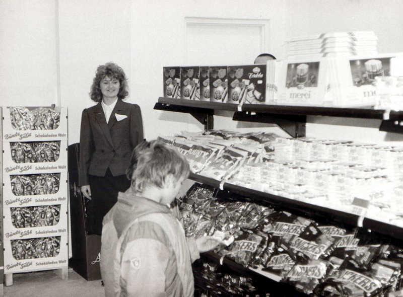 Sklep spożywczy w Olkuszu. Prawdopodobnie Baltona na osiedlu Słowiki. Zdjęcie z przełomu lat 80-tych i 90-tych. Fot. Jan Nosowicz.