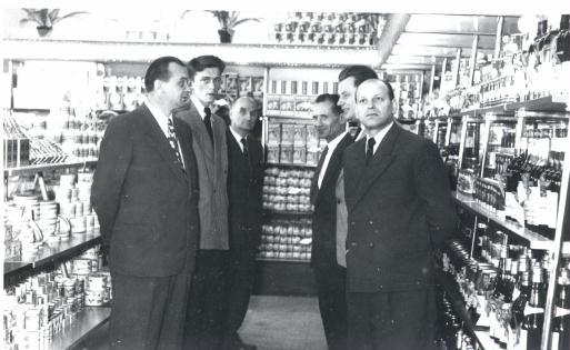 Kontrola sklepu PSS, lata 60-te. Z lewej Władysław Maliszewski, z prawej pan Kaszuba. Fotograf nieznany. Zdjęcie ze zbiorów Ryszarda Maliszewskiego.