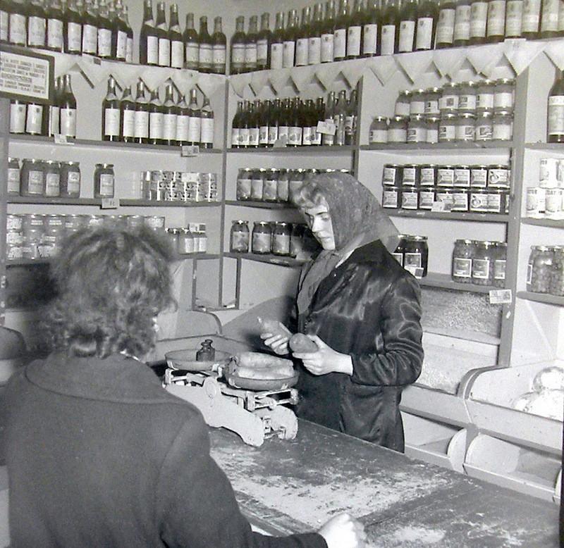 Wnętrze sklepu warzywnego, lokalizacja nieustalona, lata  60-te. Fot. Jan Nosowicz.