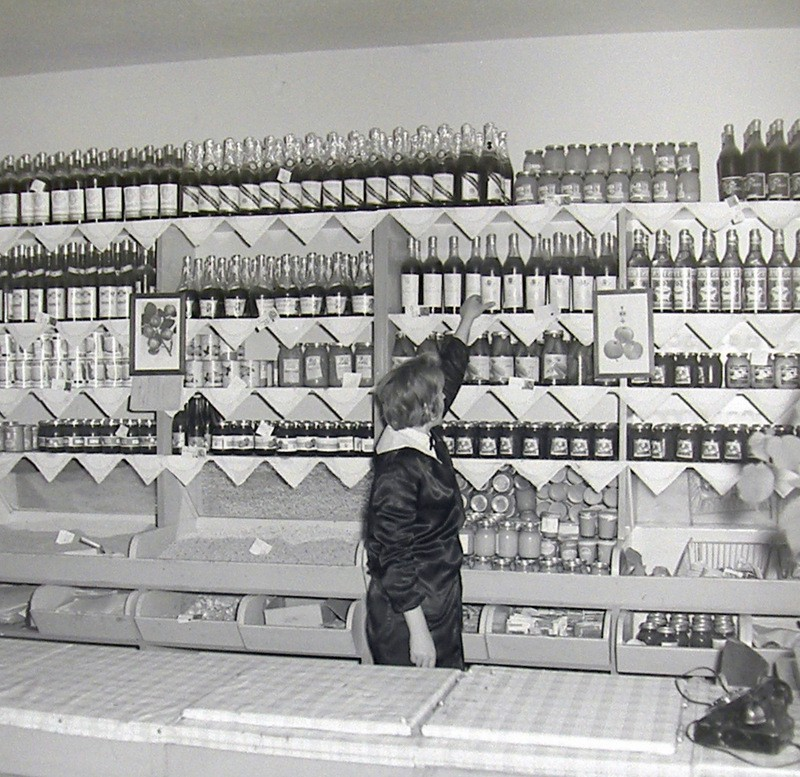 Nieustalony sklep warzywny, lata 60-te. Fot. Jan Nosowicz.