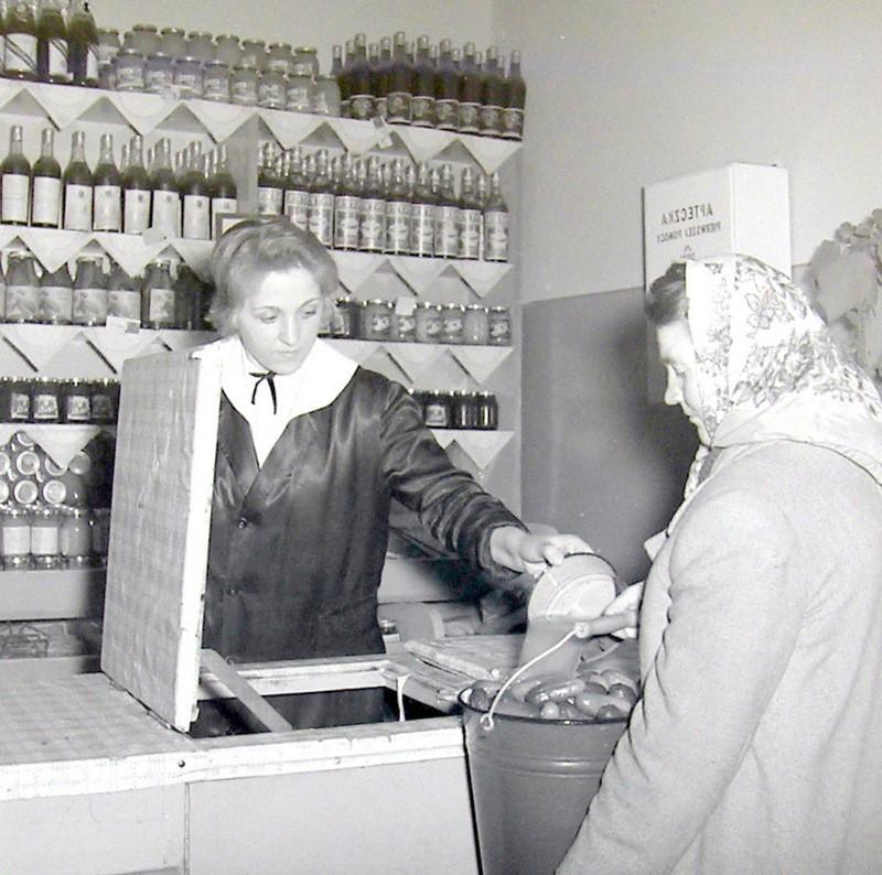 Skup lub sprzedaż ogórków kiszonych, sklep warzywny. Fot.  Jan Nosowicz.