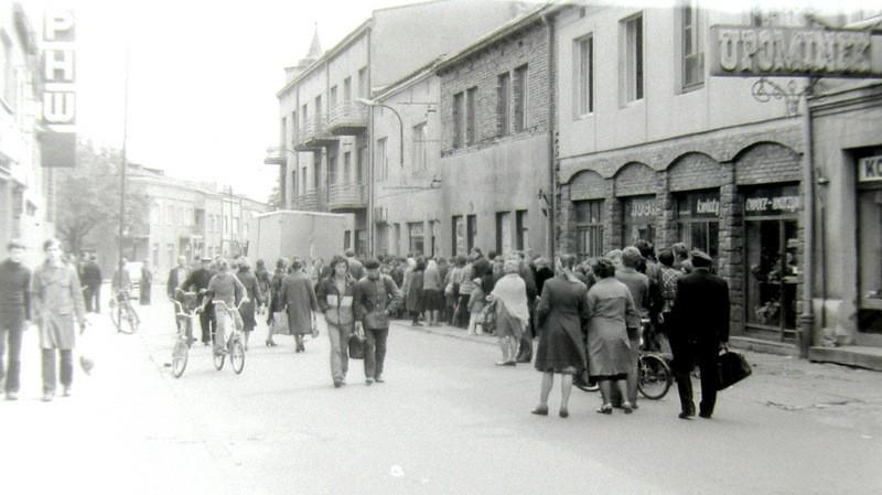 Kolejka po chleb na ulicy Krakowskiej, koniec lat 70-tych. Fot.  Andrzej Stankiewicz.