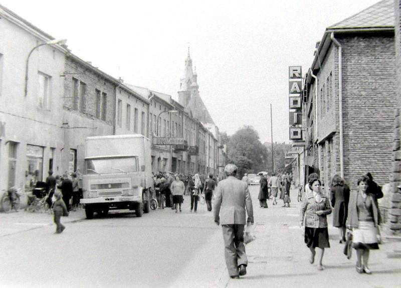 Ta sama kolejka sfotografowana od drugiej strony, samochód  dostawczy Star, koniec lat 70-tych. Fot. Andrzej Stankieiwcz.