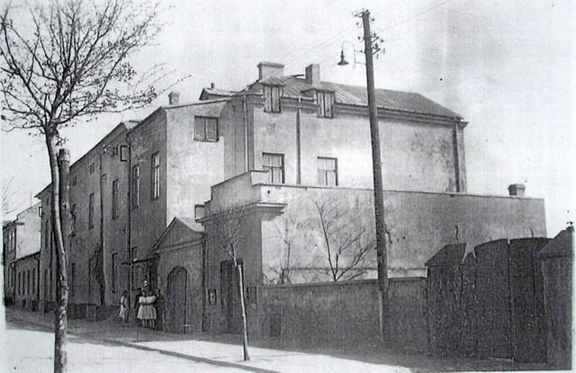 Szpital św. Błażeja od strony dzisiejszej ulicy Szpitalnej. Lata 50-te.  Fot. Ze zbiorów Piotra Nogiecia.