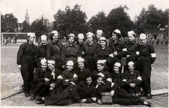 Siostry PCK na płycie boiska w OSW