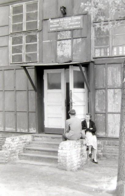 Wejście do przychodni OFNE na Nowym Placu Fabrycznym. Lata  60-te. Fot. Jan Nosowicz.