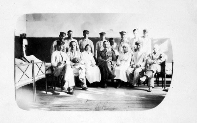Generał Stefan Buchowiecki był organizatorem szpitali polowych Legionów Polskich. Na zdjęciu z personelem szpitala w Żyrardowie.  Fot. Z archiwum Ryszarda Buchowieckiego.