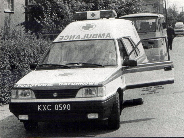 Ambulans w Olkuszu. Przełom lat 80/90. Fot. Jan Nosowicz.