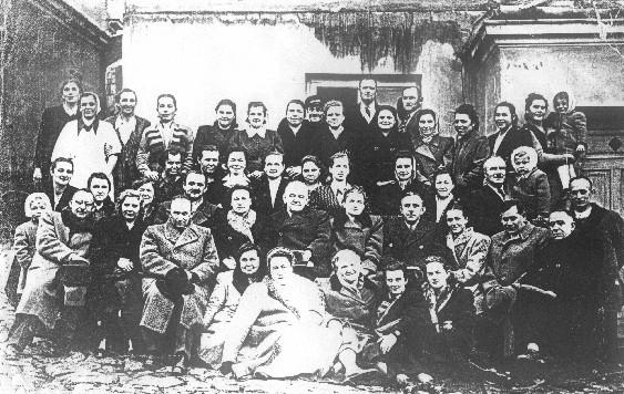Personel Szpitala św. Błażeja w Olkuszu z 1947 roku. W pierwszym rzędzie siedzą od lewej: 1. dr Marian Kiciarski, 3. Dr Marian Auerchan (Głuszecki), 5. pol. Pakosiewicz, 6. Kertzlen, 8. Dobromila Chwalińska, W drugim rzędzie: 2. Katarzyna Faralin, 3. Jadwiga Czapska, 4.Karol Kulig, 6. Dyrektor dr Julian Łapiński, 7. Janina Barczyńska, 8. Henryk Podworski, 9. Michalina Głowacka, 10. dr Wacław Kallista, 11. felczer Wladyslaw Woźniak, Czesław Bik. Stoją od lewej: 1. niemowa Acia, 3. Zofia Wąs, 9. woźny Majcherek, Zofia Spyra, woźny Tyksiński. Fot. Ze zbiorów Romana Czerwińskiego.