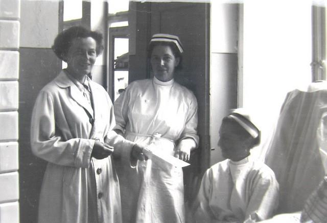 Pielęgniarki w przychodni przeciwgruźliczej. W środku pielęgniarka Janina Wcisło, po prawej pielęgniarka Alicja Kundera. Lata 50-te. Fot. Jan  Nosowicz.