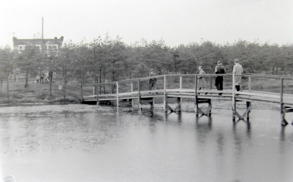 1. Mostek na drugą stronę zalewu w Laskach. Początek lat 60-tych.  Fot. Jan Nosowicz.