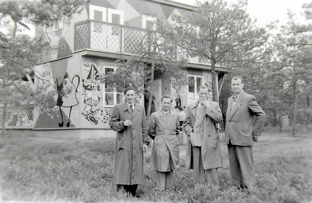 2. Uczestnicy pracowniczej wycieczki nad zalew na tle budynku Domu  Rybaka. Początek lat 60-tych. Fot. Jan Nosowicz.