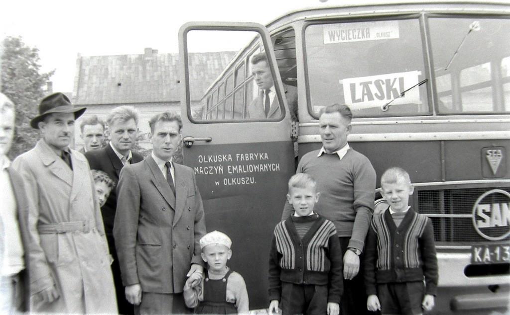 4. Uczestnicy wycieczki do ośrodka wypoczynkowego w Laskach.  Początek lat 60-tych. Fot. Jan Nosowicz.