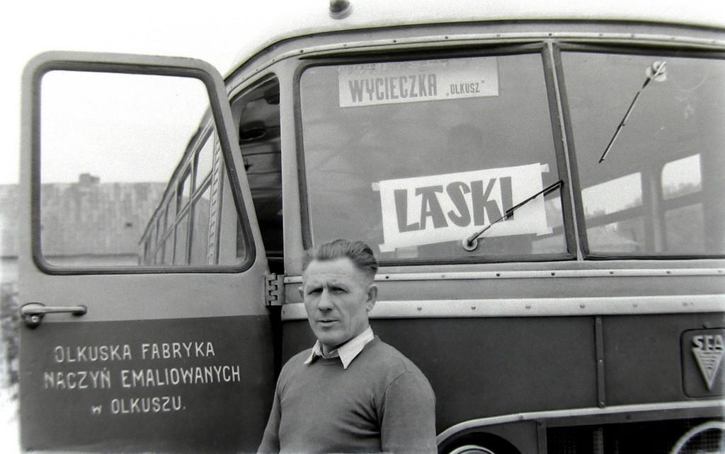 5. Autobus marki San Olkuskiej Fabryki Naczyń Emaliowanych, którym  pracownicy jeździli na wycieczki do Lasek. Na pierwszym planie  prawdopodobnie kierowca, początek lat 60-tych. Fot. Jan Nosowicz.