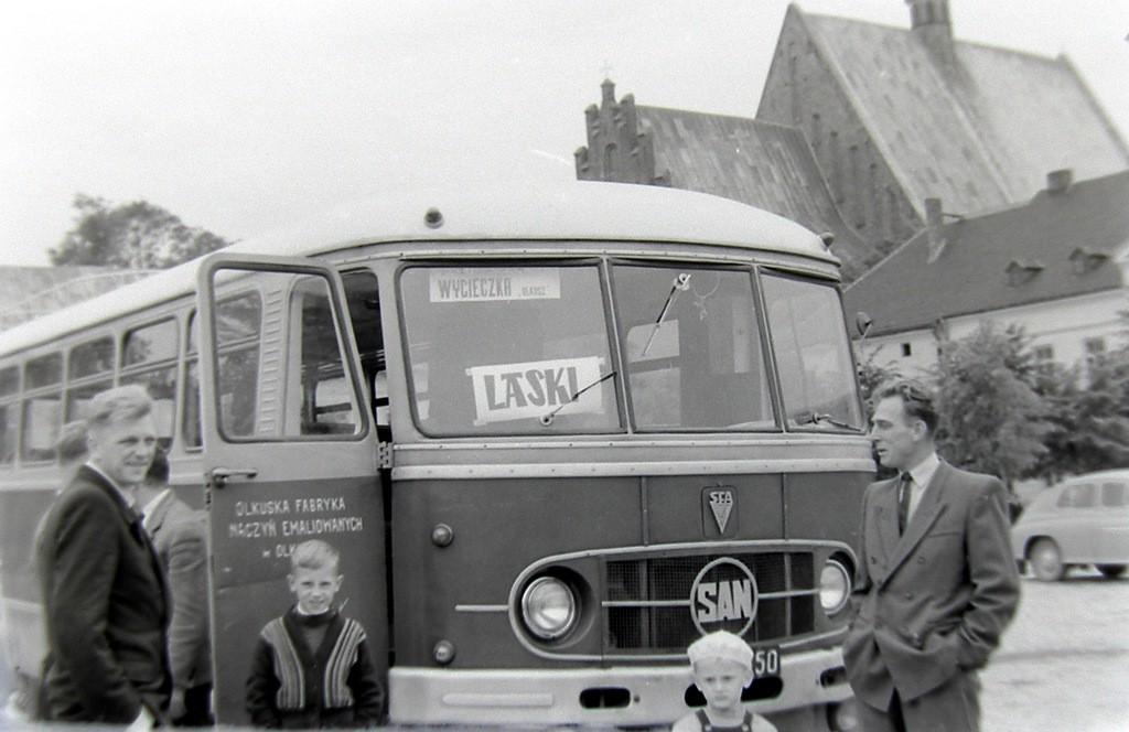 6. Autobus marki San Olkuskiej Fabryki Naczyń Emaliowanych, którym  pracownicy jeździli na wycieczki do Lasek z olkuskiego rynku.  Początek lat 60-tych. Fot. Jan Nosowicz.