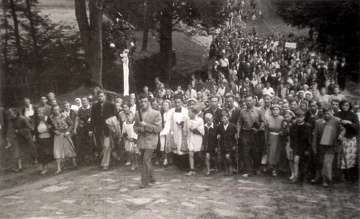 1. Pielgrzymka do Kalwarii Zebrzydowskiej w sierpniu 1955 roku, grupa olkuska, w głębi tabliczka z napisem Olkusz. Fotografia wykonana na  kalwaryjskich dróżkach. Fot. Ze zbiorów rodziny Czopików.