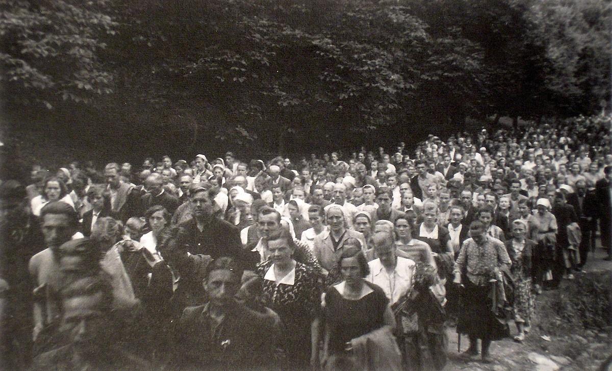 2.  Pielgrzymka do Kalwarii Zebrzydowskiej w sierpniu 1955 roku.  Fotografia wykonana na kalwaryjskich dróżkach. Fot. Ze zbiorów  rodziny Czopików.