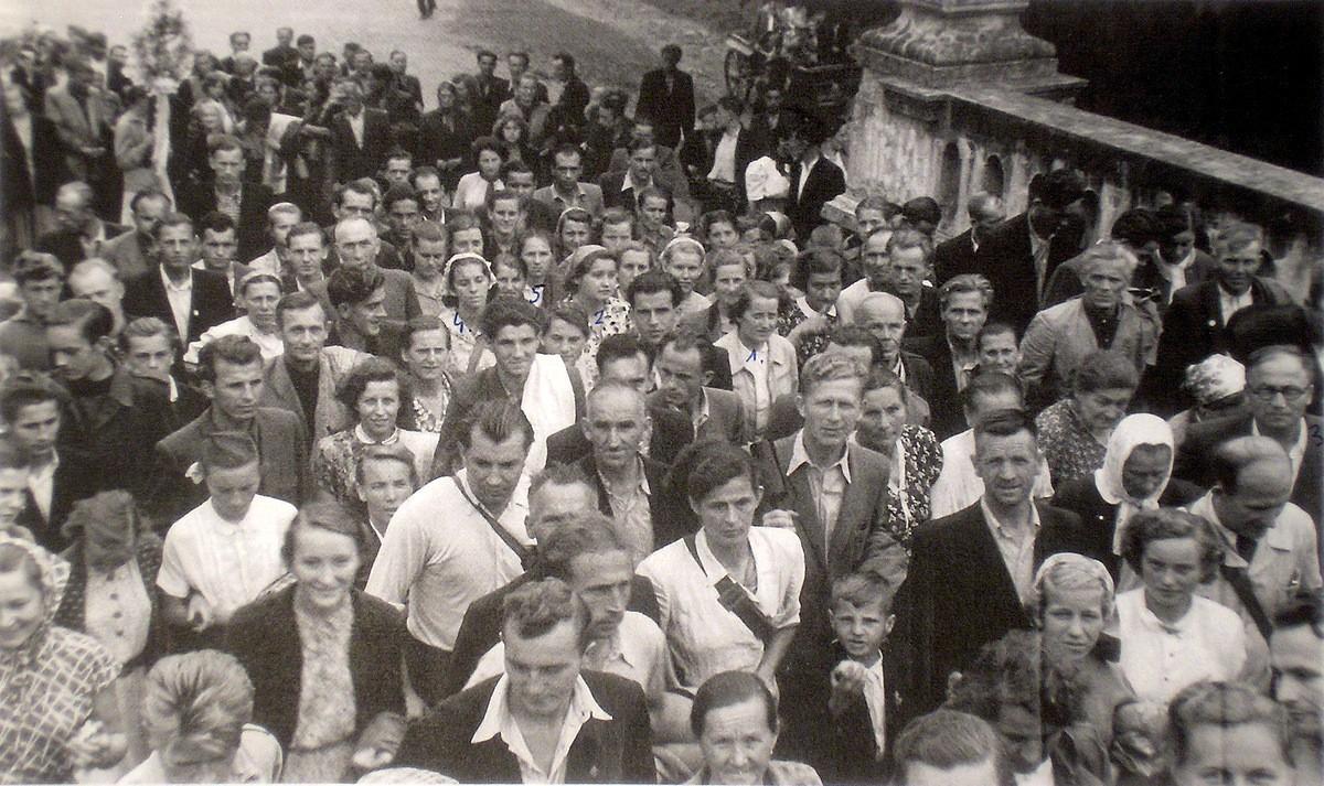 3. Grupa olkuska na słynnym Moście Anielskim na dróżkach  kalwaryjskch.  Pielgrzymka do Kalwarii Zebrzydowskiej w sierpniu 1955  roku. Fotografia wykonana na kalwaryjskich dróżkach. Fot. Ze zbiorów  rodziny Czopików.