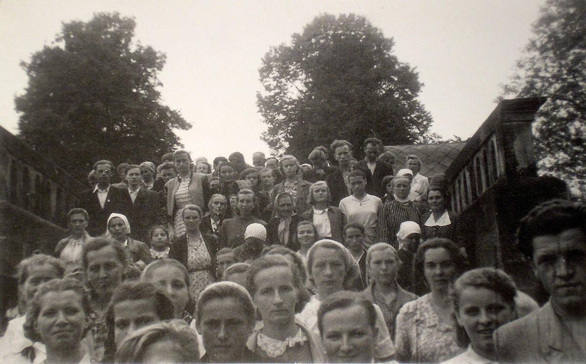 4. Grupa olkuska na słynnym Moście Anielskim na dróżkach  kalwaryjskch.  Pielgrzymka do Kalwarii Zebrzydowskiej w sierpniu 1955  roku. Fotografia wykonana na kalwaryjskich dróżkach. Fot. Ze zbiorów  rodziny Czopików.