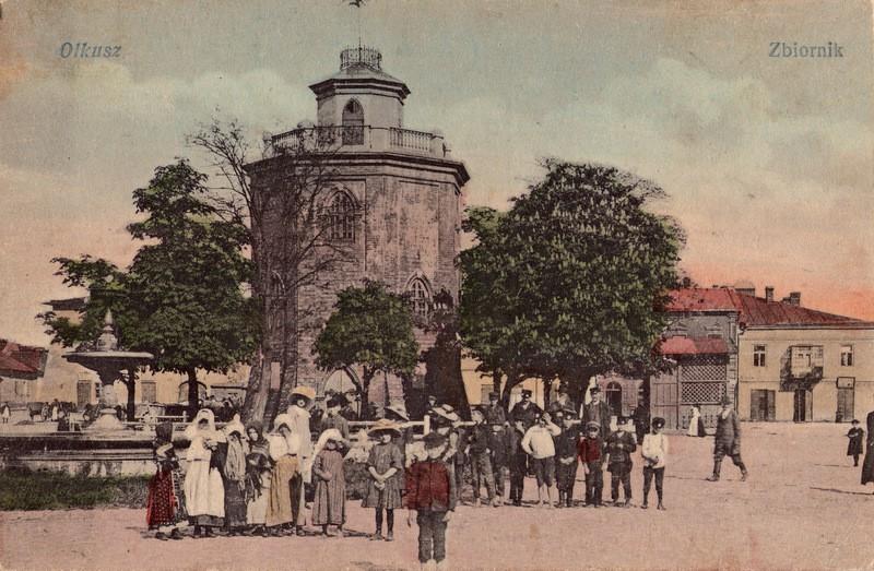 Wieża ciśnień na rynku. Początek XX wieku. Pocztówka ze zbiorów  Marka Piotrowskiego.