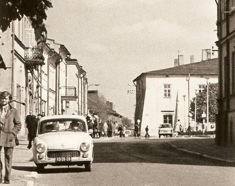 Widok na północną pierzeję rynku w Olkuszu od strony ulicy Sławkowskiej. Wrzesień 1974 rok. Fot. Emil Glanowski, ze zbiorów rodziny Pawełczyków.