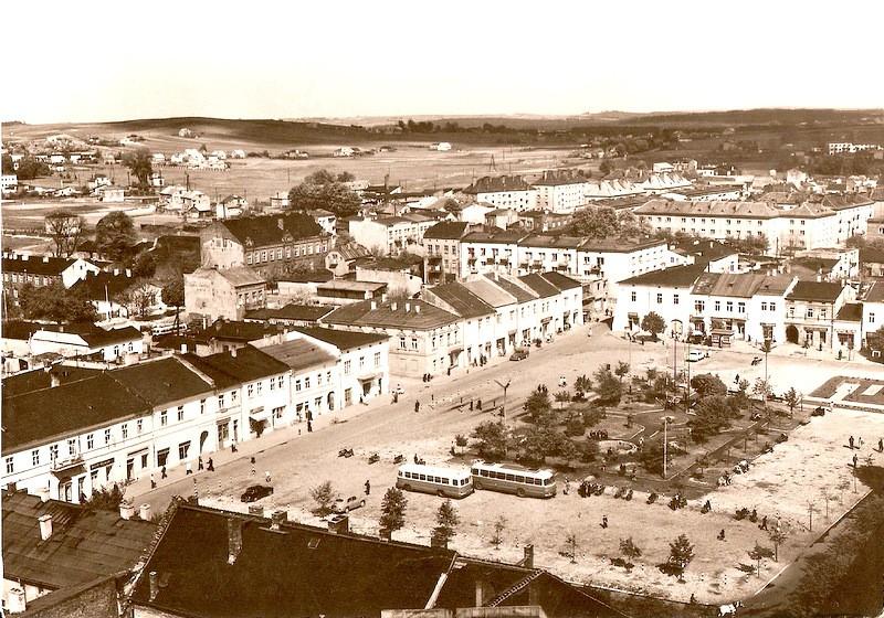 Widok olkuskiego rynku, lata 60-te. Fot. Ze zbiorów Tomasza  Strojnego.