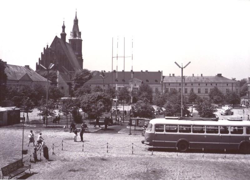 Rynek, lata 60-te. Pocztówka ze zbiorów Marka Piotrowskiego.