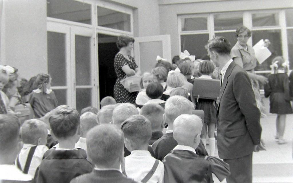 1. Rozpoczęcie roku szkolnego w SP nr 4 w Olkuszu, początek lat  60-tych. Fot. Jan Nosowicz.