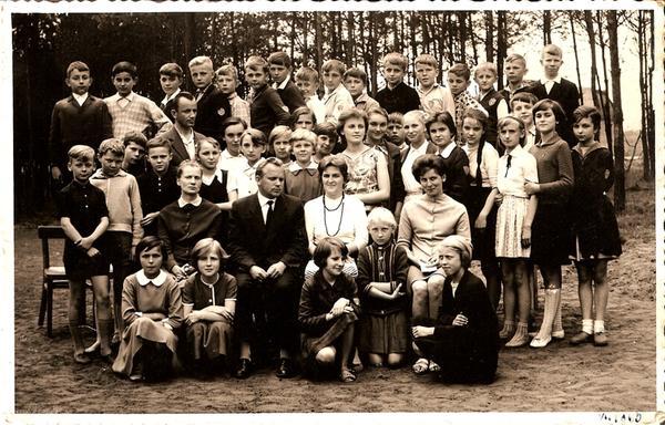 10. Uczniowie SP nr 3 w Olkuszu z nauczycielami, rok 1963. Fot. Ze  zbiorów Piotra Nogiecia.
