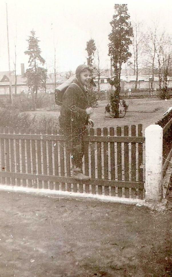 17. Uczeń z Placu Fabrycznego wrcający ze szkoły do domu przez  ogródek Piłsudskiego. Fot. Ze zbiorów Piotra Nogiecia.