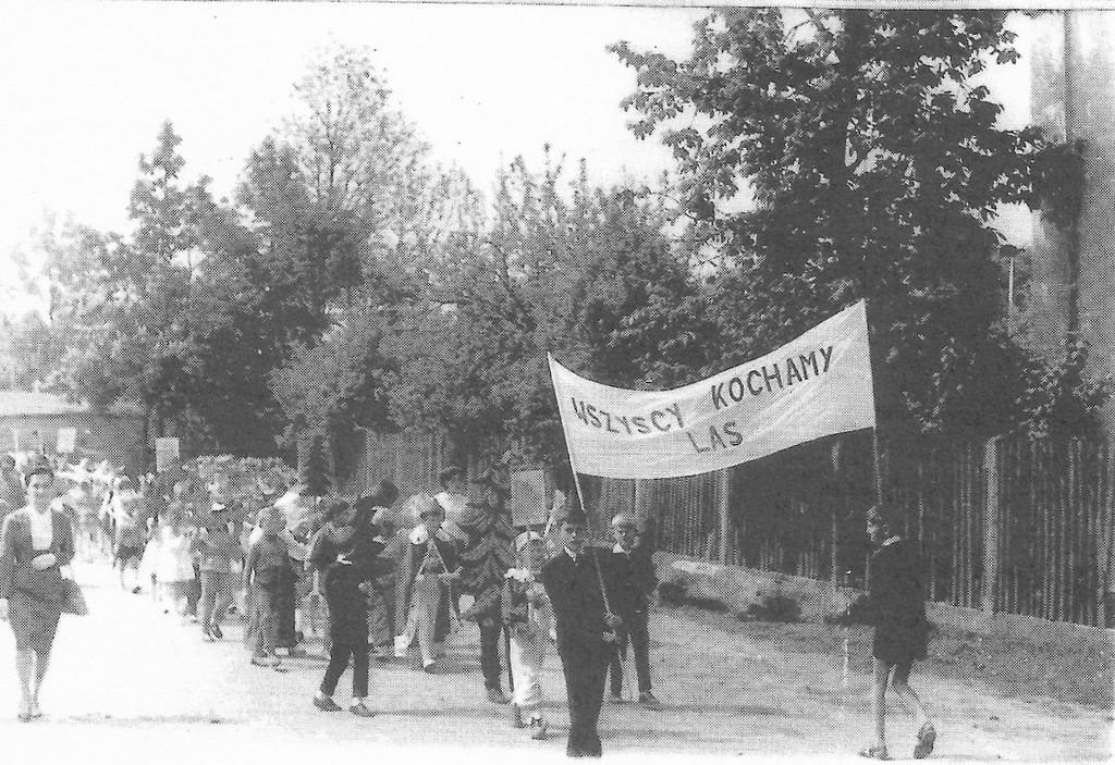 19. Pochód z okazji Dnia Oświaty, uczniowie z SP nr 3 w Olkuszu. Rok  1963. Fot. Ze zbiorów Piotra Nogiecia.