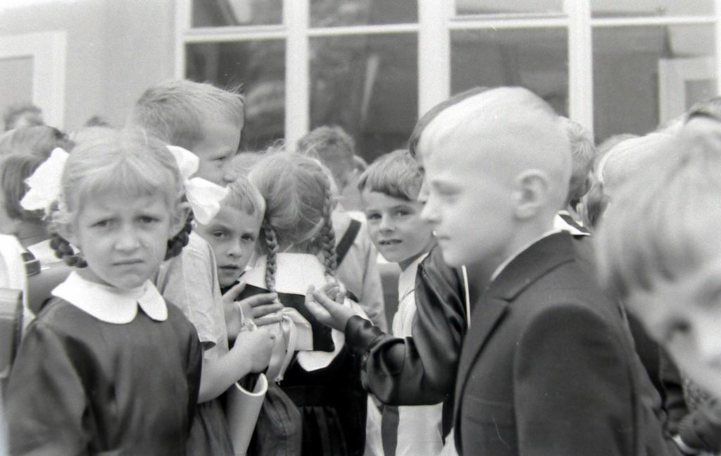 2. Rozpoczęcie roku szkolnego w SP nr 4 w Olkuszu, początek lat  60-tych. Fot. Jan Nosowicz.