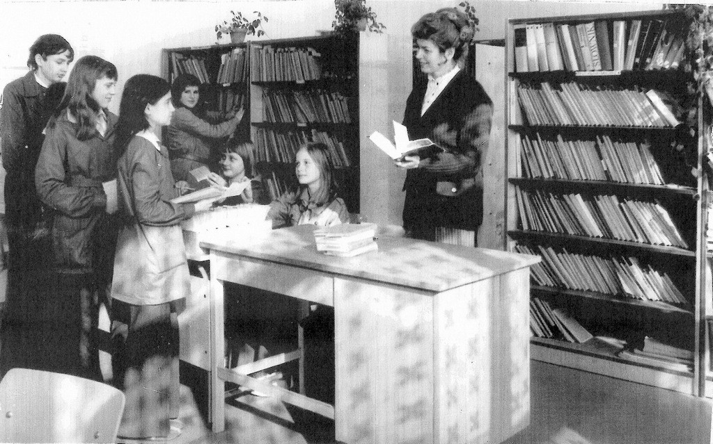 20. W szkolnej bibliotece w SP nr 3. Rok 1978. Fot. Ze zbiorów Piotra  Nogiecia.